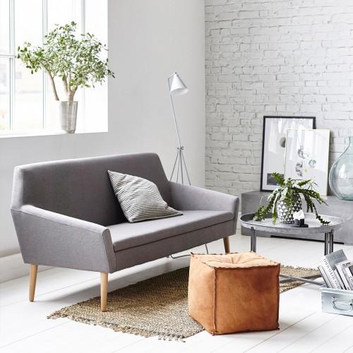 housedoctor grå sofa og hvid gulvlampe