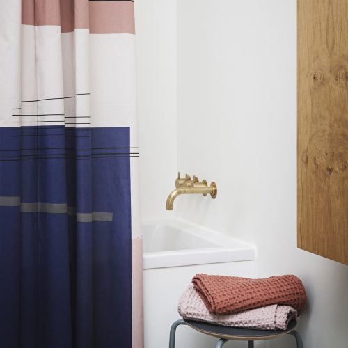 ferm living badeværelse inspiration messing vasketøjskurv vola badeforhæng